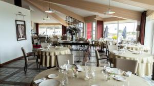 Restaurant ou autre lieu de restauration dans l'établissement Hotellerie Les Brisants , Restaurant J M Perochon