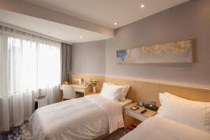 سرير أو أسرّة في غرفة في فندق مدينة شنغهاي