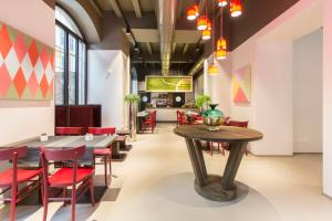 A restaurant or other place to eat at Savona 18 Suites