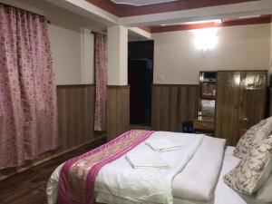 A bed or beds in a room at Rufina Blue Pine