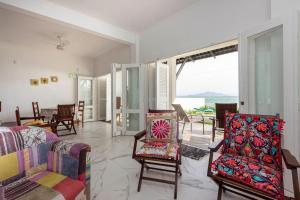 A seating area at Casa de Férias Frente Mar em Canto Grande - 3 dorms 9 pessoas - Incrível Pôr do Sol
