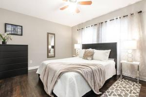 A bed or beds in a room at Modern and Elegant One Bedroom in Virginia Highland/Midtown