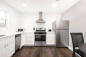A kitchen or kitchenette at Modern and Elegant One Bedroom in Virginia Highland/Midtown