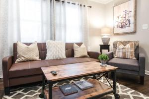 A seating area at Modern and Elegant One Bedroom in Virginia Highland/Midtown