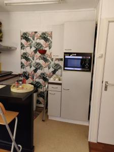 A kitchen or kitchenette at Gezellig appartement 1e etage