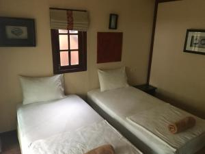 A bed or beds in a room at j2b bungalows @ long beach
