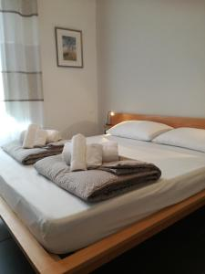 A bed or beds in a room at Four Rooms
