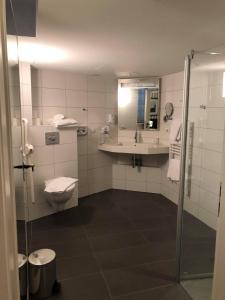 A bathroom at Hôtel Ettenheim