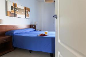 Säng eller sängar i ett rum på Apartamentos Marina Turquesa
