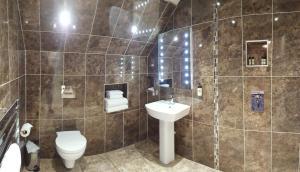 A bathroom at The White Hart