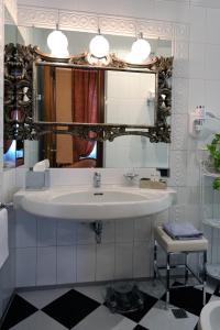 A bathroom at Hotel Farnese
