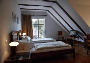 Ein Bett oder Betten in einem Zimmer der Unterkunft Hotel Snorrenburg GmbH