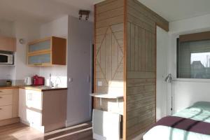 A kitchen or kitchenette at Le loft-boat