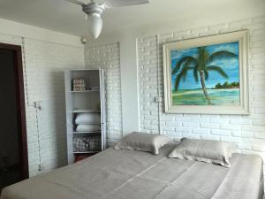 A bed or beds in a room at Casa em Canto Grande/