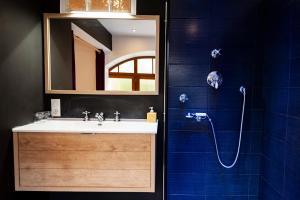 Salle de bains dans l'établissement La Vieille Auberge