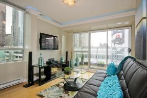 Ein Sitzbereich in der Unterkunft Yonge Suites Furnished Apartments