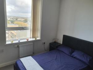 A bed or beds in a room at Spacious one bedroom apartment in London