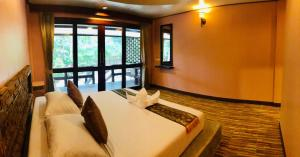A bed or beds in a room at Haad Khuad Resort