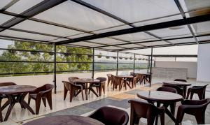 A restaurant or other place to eat at Hotel Whispering Oaks Chandigarh