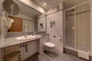 A bathroom at Hotel Merkur