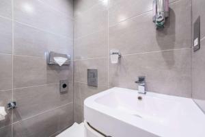 A bathroom at Comfort Inn London - Westminster