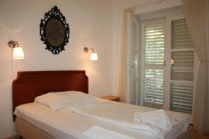 A bed or beds in a room at Partvilla Balatonboglar