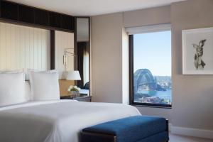 Кровать или кровати в номере Four Seasons Hotel Sydney