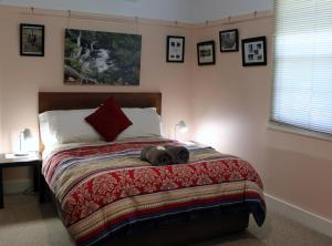 """A bed or beds in a room at """"Mansfield"""" Cottage Barrington"""