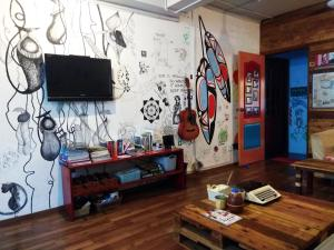 A television and/or entertainment center at Sandakan Backpackers Hostel