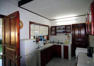 A kitchen or kitchenette at La Rocaille