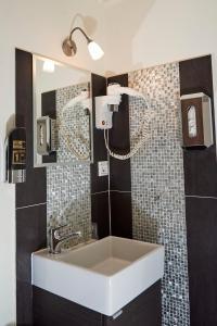 Um banheiro em ITC Hotel