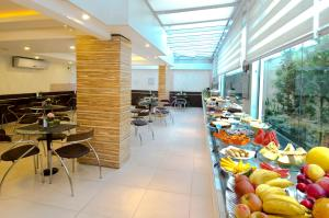 A restaurant or other place to eat at Hotel Palmas Executivo