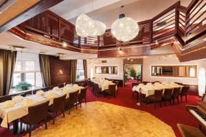 A restaurant or other place to eat at Hotel & Restaurant Hessischer Hof