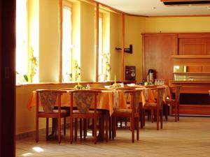 A restaurant or other place to eat at Hotel Siegmar im Geschäftshaus
