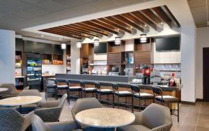 The lounge or bar area at Hyatt Place Anchorage-Midtown