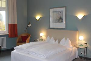 A bed or beds in a room at Hotel Drei Kronen