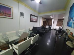 Un restaurante o sitio para comer en Copacabana Luxury Figueiredo Magalhaes 3 Bedroom - Best Location