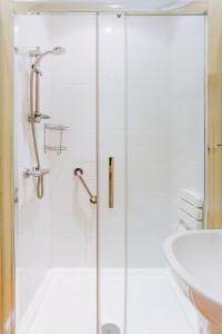 A bathroom at Ivy House Cornwall B&B