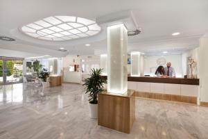 De lobby of receptie bij Roc Continental Park Hotel & Apartments