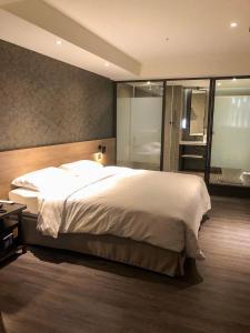 城市商旅桃園車站館房間的床