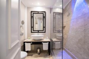 A bathroom at Hotel Baglio Basile