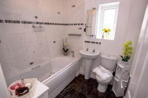 A bathroom at Comfortable Rooms in Professional House Share