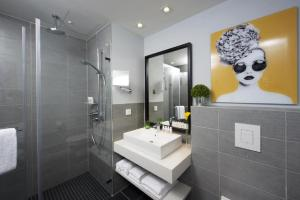 Een badkamer bij Capri by Fraser, Frankfurt