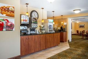A restaurant or other place to eat at Quality Inn & Suites Evergreen Hotel