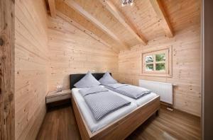Een bed of bedden in een kamer bij Knaus Campingpark Lackenhäuser
