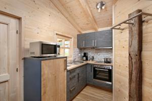 Een keuken of kitchenette bij Knaus Campingpark Lackenhäuser