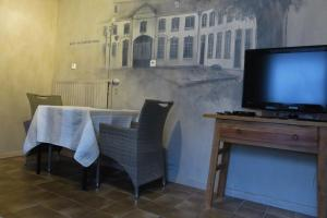 A television and/or entertainment centre at Het Witte Huis