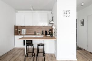 A kitchen or kitchenette at M&R Apartament Airport&Business Premium Komputerowa