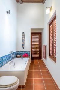 Um banheiro em Pelican Villa
