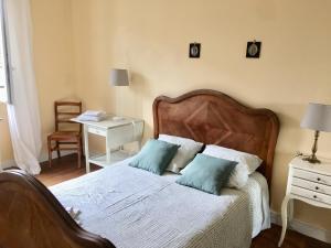 A bed or beds in a room at A 2 pas du château de Versailles